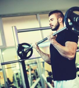 Barbell biceps curl is een effectieve training voor de voorzijde van de bovenarmen