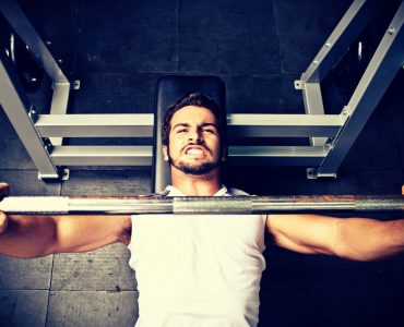 Barbell bench press is een borstspieroefening