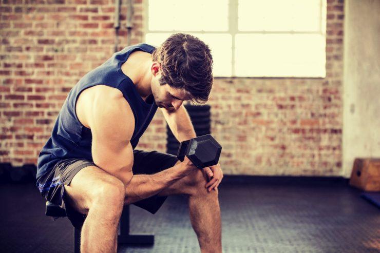 Sporter in training met een dumbbell