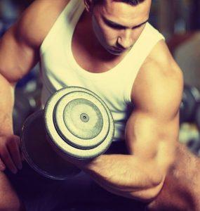 Gespierde sporter met de bouw van een endomorf