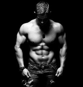 Mannelijk model met een zichtbare sixpack