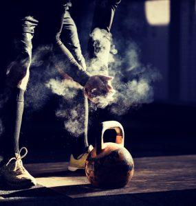 Sporter met een kettlebell