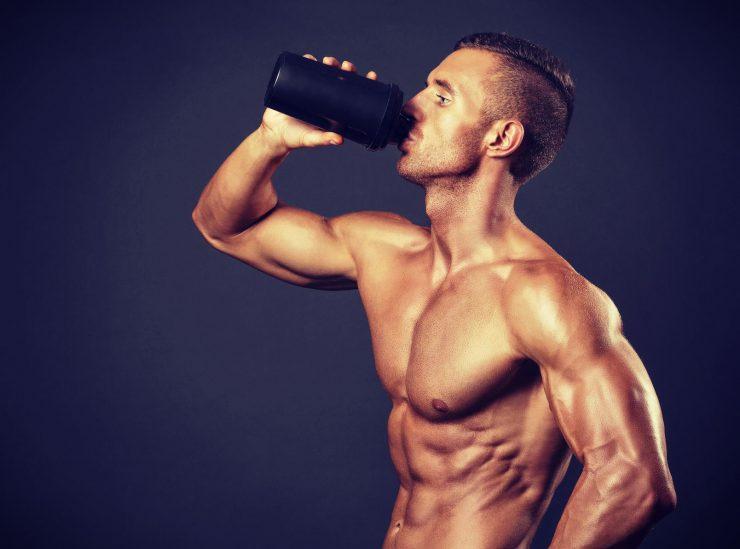 Voedingssupplementen: een sporter drinkt een eiwitshake
