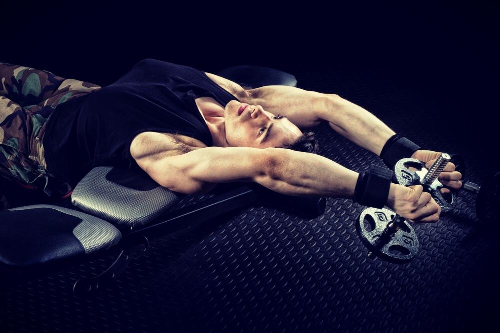 De dumbbell pullover is opgenomen in het trainingsschema van veel sporters