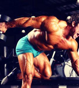 De dumbbell triceps kickback is een vrij geconcentreerde oefening