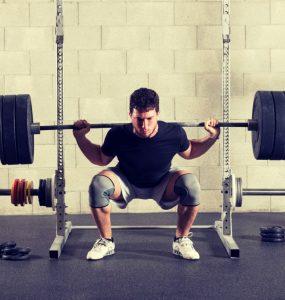 Uitvoering van de squat met behulp van een squatrek