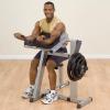 Biceps curl op de Body-Solid GCBT380 Bank